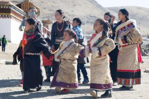 Amdo women and children arrive at the Sogtsang Monastery